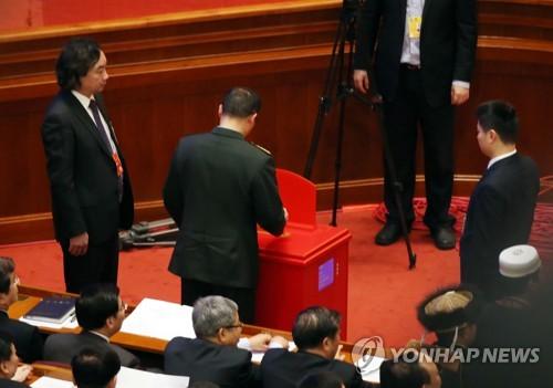 검표인이 지켜보는 가운데 투표하는 전인대 대표.[베이징=연합뉴스]