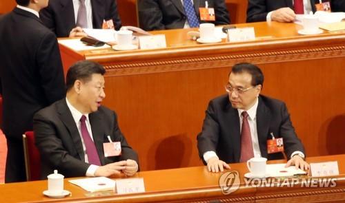 리커창 총리와 대화하는 시진핑 주석.[베이징=연합뉴스]