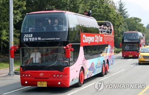 군항제때 진해 시가지 누빌 창원 시티투어 2층 버스. [연합뉴스 자료사진]