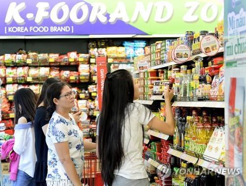 한국 제품 살펴보는 베트남 소비자들