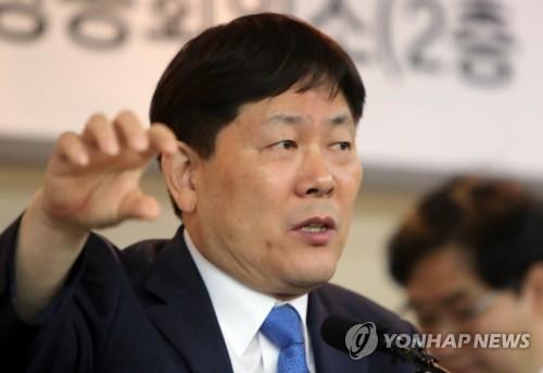기자 회견하는 김정규 타이어뱅크 회장
