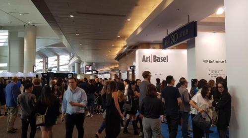 '아트 바젤 홍콩 2018'을 찾은 수많은 인파