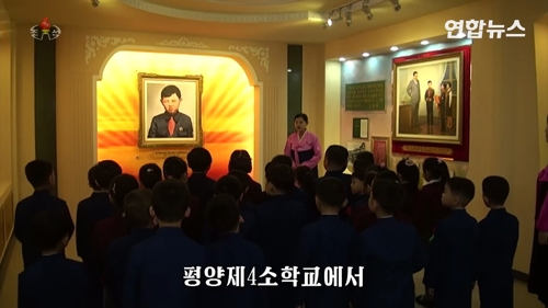 학교에 걸린 김정일 어린 시절 사진 눈길