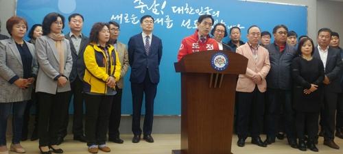 기자회견하는 정용선 예비후보