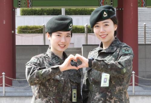 민서혜(오른쪽)·이예지 소위 [육군종합행정학교 제공=연합뉴스]