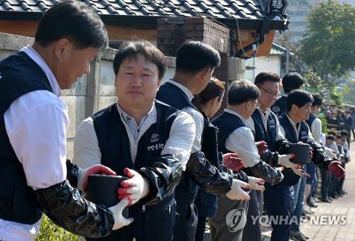 연탄나눔 하는 밥상공동체[연합뉴스 자료사진]