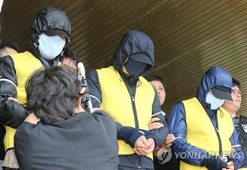 검찰 송치되는 섬마을 성폭행 피의자들 [연합뉴스 자료사진]