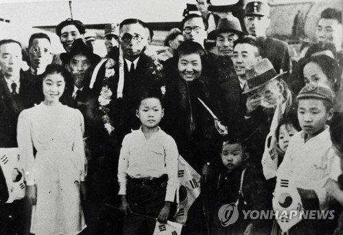 귀국을 위해 상하이 공항에 도착한 임시정부 요인들