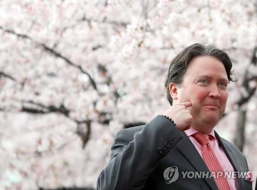 군항제 찾은 마크 내퍼 대사대리 [연합뉴스 자료사진]