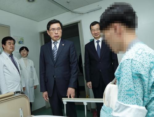 수사관 위로하는 박상기 법무부 장관 [법무부 제공]