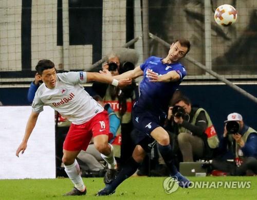 라치오와의 유로파리그 8강 2차전에서 볼 경합하는 황희찬(왼쪽)