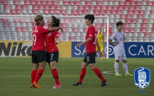 이민아(중앙)가 베트남전에서 득점 후 기뻐하고 있다.