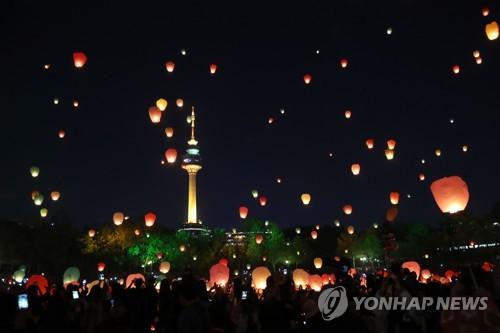 대구 풍등 날리기 행사[연합뉴스 자료사진]