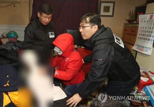 현장검증하는 동료 살해 환경미화원 [연합뉴스 자료사진]