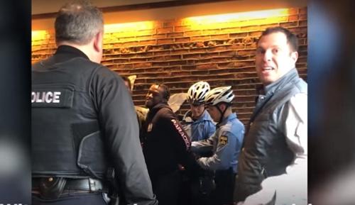 미국 필라델피아의 한 스타벅스 매장서 흑인 남성을 체포하는 경찰관