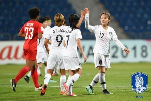 여자대표팀의 장슬기(오른쪽)가 필리핀전에서 골을 넣고 기뻐하고 있다.