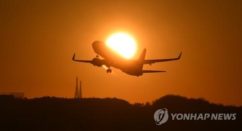 인천공항 활주로에서 이륙하는 항공기