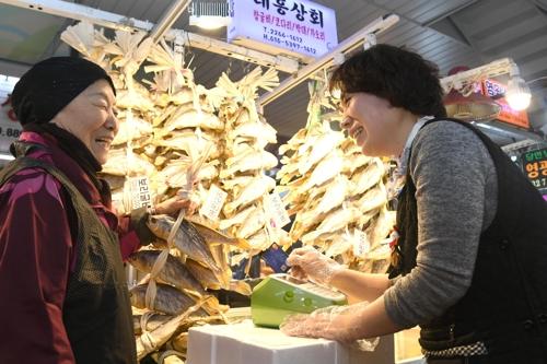 서울 중부시장에서 신용카드 결제를 하는 모습