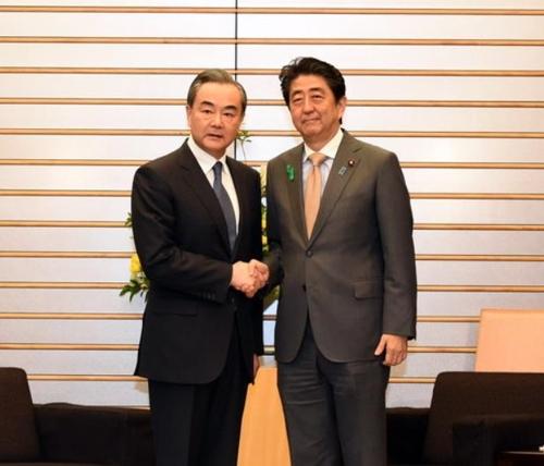 아베 일본 총리와 왕이 중국 외교담당 국무위원