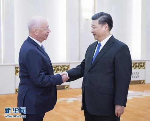 글라우스 슈바프 WEF 회장과 악수하는 시진핑 주석