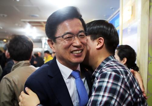 경선 승리 축하받는 허태정