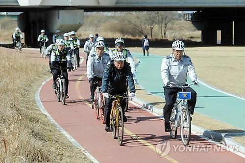 오산천 자전거도로 달리는 경찰[연합뉴스 자료사진]