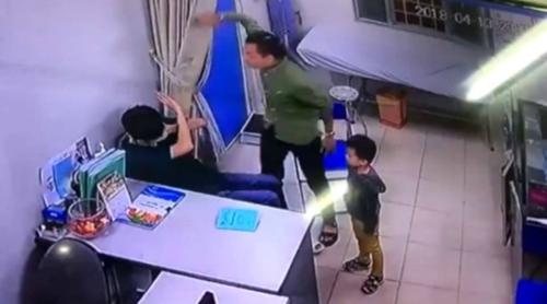 환자 가족에게 폭행당하는 베트남 의사 [VN익스프레스 캡처]