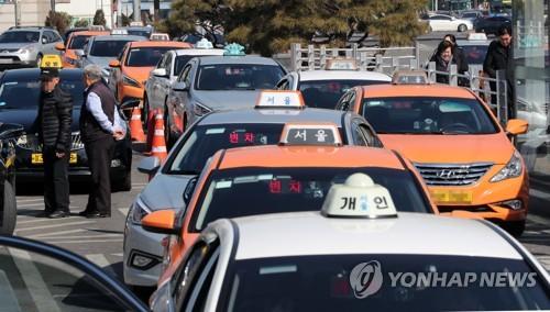 손님 기다리는 택시들 [연합뉴스 자료사진]