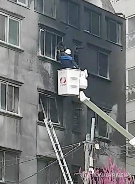 """""""건물에 사람있어요"""" 긴박했던 드라이비트 시공 원룸 덮친 화마"""