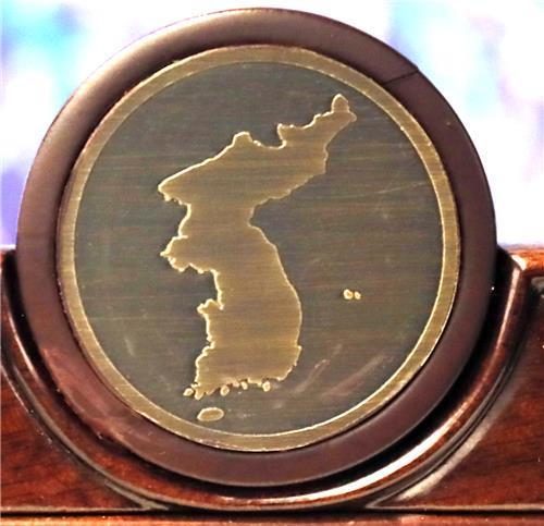 남북 정상이 앉을 의자 상단 문양