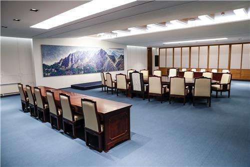 파란색 카펫으로 단장한 회담장  /배재만 기자