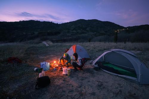 캠프의 밤은 작은 가스랜턴으로부터 시작된다(성연재)