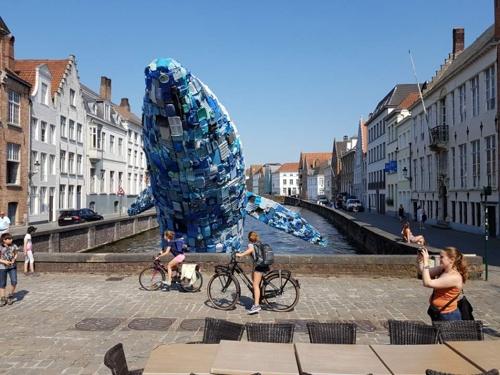 전 세계 쓰레기를 모아서 만든 미국 작품 '브뤼헤의 고래'