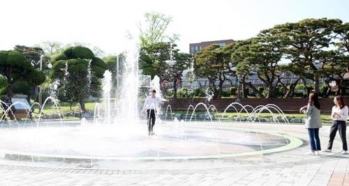 서산시청 앞 솔빛공원 바닥분수대 가동