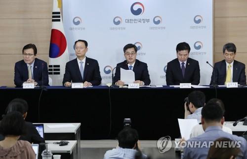 한국GM 지원 발표하는 경제부총리