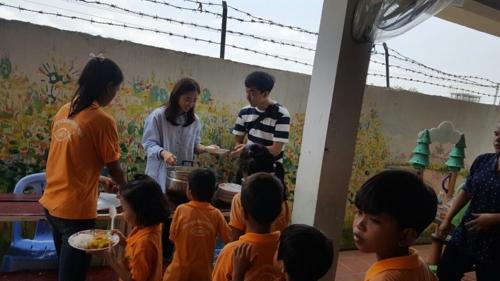 캄보디어서 봉사활동 벌인 송제안-김도형씨 부부
