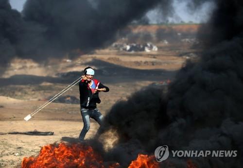 이스라엘군에 돌팔매질하는 팔레스타인 시위대 [AFP=연합뉴스]