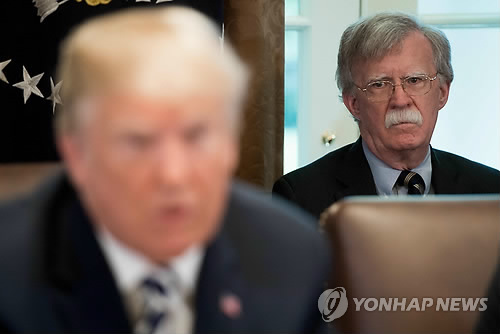 도널드 트럼프 대통령의 바라보는 존 볼턴 백악관 국가안보보좌관