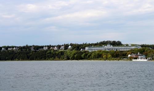 미국 최고 휴양지로 꼽힌 오대호 매키노 섬의 그랜드 호텔과 호변 별장들