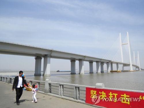 북한 신의주와 접경한 중국 단둥 랑터우신도시 신압록강대교 [연합뉴스 자료사진]