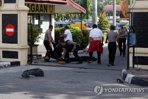 괴한 공격을 받은 리아우 경찰서[로이터=연합뉴스]