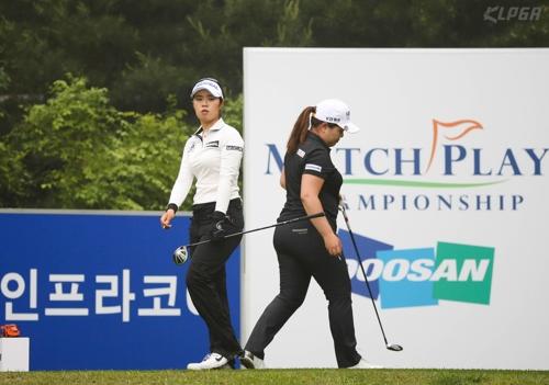 두산매치플레이챔피언십에서 경기하는 박인비(오른쪽)과 최혜용.[KLPGA 제공]