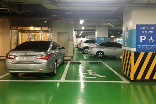 비좁은 장애인 전용 주차 공간