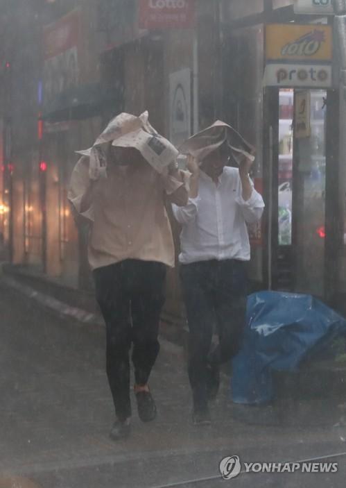 하필 점심시간에 내린 폭우