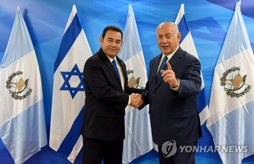 모랄레스(왼쪽) 과테말라 대통령과 네타냐후 이스라엘 총리[AFP=연합뉴스]