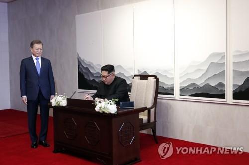 [남북정상회담] 방명록 쓰는 김정은 국무위원장