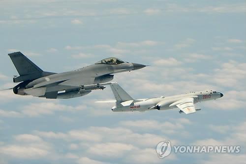 대만 위협비행에 나선 중국 훙-6K 폭격기를 견제하는 대만 전투기[AFP=연합뉴스]