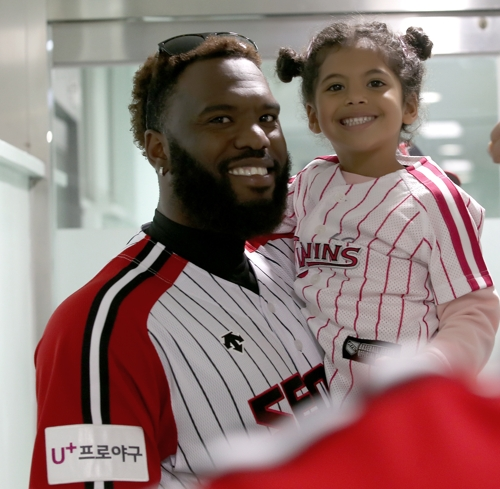 헨리 소사(왼쪽)와 그의 딸 그레이스 [LG 트윈스 제공=연합뉴스]