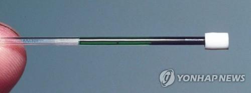 녹색피를 원심분리기로 돌린 결과 왼쪽은 녹색, 오른쪽은 빨간색을 띠고 있다.