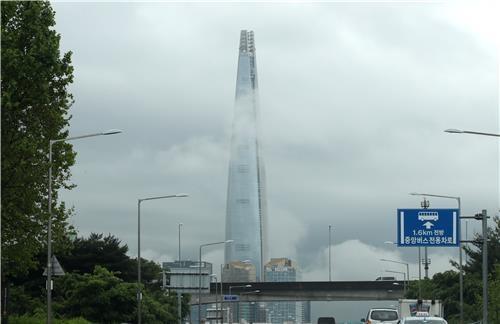 롯데월드타워에 구름이 내려와 걸려 있네요 /임헌정